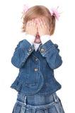 Mädchenfellgesicht unter Händen Stockfoto