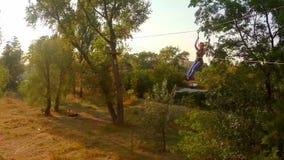 Mädchenfliegen zipline über dem Fluss, extremer Sport, Tourismus stock footage
