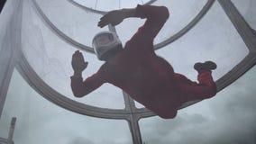Mädchenfliegenzüge mit einem Fallschirmabsprung Extremes Fallschirmspringen Simulatorfliegen mit einem Fallschirm stockfoto
