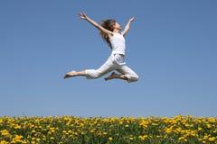 Mädchenflugwesen in einem Sprung Lizenzfreies Stockfoto