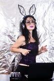 Mädchenfrau headpgone Maskenschwarzes DJ Halloween feiern Korsettkostüm-Spaß Brunette, der mischende purpurrote Spitze spielt Lizenzfreies Stockfoto