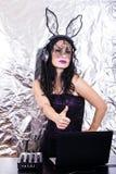 Mädchenfrau headpgone Maskenschwarzes DJ Halloween feiern Korsettkostüm-Spaß Brunette, der mischende purpurrote Spitze spielt Lizenzfreie Stockfotografie