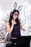 Mädchenfrau headpgone Maskenschwarzes DJ Halloween feiern Korsettkostüm-Spaß Brunette, der mischende purpurrote Spitze spielt Stockfoto