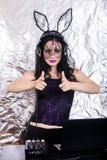 Mädchenfrau headpgone Maskenschwarzes DJ Halloween feiern Korsettkostüm-Spaß Brunette, der mischende purpurrote Spitze spielt Lizenzfreies Stockbild