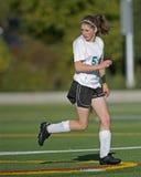 Mädchenfußballspieler auf dem Feld lizenzfreie stockfotos