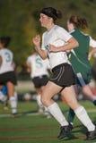 Mädchenfußballspieler in Bewegung lizenzfreie stockfotos