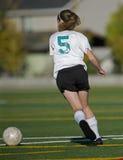 Mädchenfußballspieler mit der Kugel lizenzfreies stockfoto