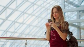 Mädchengebrauchshandy, Unschärfebild innerhalb des Malls als Hintergrund stock footage