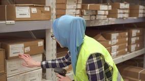 Mädchengeschäftarbeitskraft mit Barcodescanner von Waren stock video footage