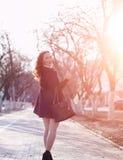 MädchenGeschäftsfrau im Frühjahr auf einem Weg in einem Mantel stockbilder