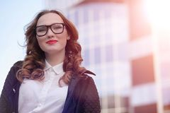 MädchenGeschäftsfrau im Frühjahr auf einem Weg in einem Mantel stockfotografie