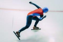 Mädchengeschwindigkeitsschlittschuhläufer geht auf Eis Lizenzfreies Stockfoto