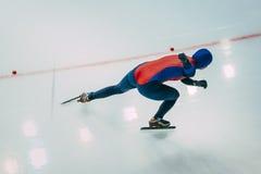 Mädchengeschwindigkeitsschlittschuhläufer geht auf Eis Ansicht von der Oberseite Lizenzfreie Stockfotografie