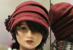 Mädchengesicht mit purpurrotem Hut Stockfoto