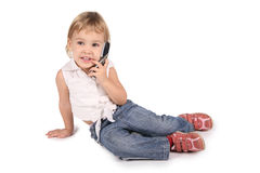 Mädchengespräch auf Handy auf Weiß Lizenzfreie Stockfotos