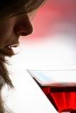Mädchengetränk ein Glas des alkoholischen Getränkes Lizenzfreie Stockbilder