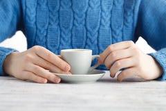 Mädchengetränk-Espresso coffe von der kleinen Schale Stockfoto