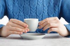 Mädchengetränk-Espresso coffe von der kleinen Schale Lizenzfreies Stockbild