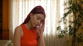 Mädchenglaubendes Hauptschmerzunbehagen zu Hause stock footage