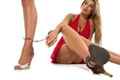 Mädchengrenze mit Handschellen zu einer anderen Frau Stockbild