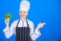 Mädchengriffgemüse Organische Nahrung Frauenchef-Griffbrokkoli, der auf Kopienraum zeigt Gesunde vegetarische Rezepte stockfotografie
