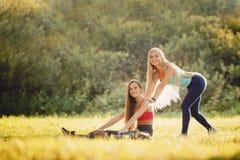 Mädchengruppe Freunde bilden im Park mit Yoga und Eignung aus stockfoto