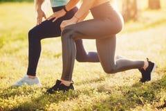 Mädchengruppe Freunde bilden im Park mit Yoga und Eignung aus stockfotografie