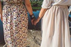 Mädchenhändchenhalten auf der Flussbanknahaufnahme Lizenzfreies Stockfoto