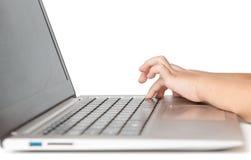 Mädchenhände auf Computertastatur Stockbilder