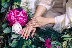 Mädchenhände auf den Farben Stockbild