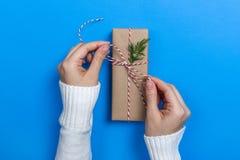 Mädchenhände halten vorhanden für Weihnachten Gepackte Geschenke Beschneidungspfad eingeschlossen stockfotografie