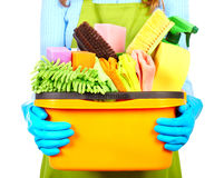 Mädchenhände mit Reinigungswerkzeugen stockfoto