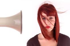 Mädchenhaar durchgebrannt weg durch Megaphon stockbild