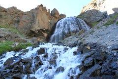 Mädchenhafte Borten des Wasserfalls oder Carabasi-SU, in Kabardino-Balkarien Stockfoto