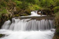 Mädchenhafte Risse des Wasserfalls Stockfotos