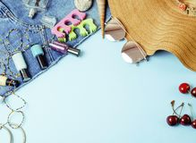 Mädchenhaftes Material der verschiedenen Reise auf buntem Hintergrund Blau und yel lizenzfreies stockbild