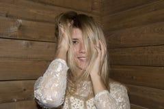 Mädchenhaltung am hölzernen Hintergrund lizenzfreies stockbild