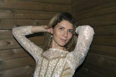 Mädchenhaltung am hölzernen Hintergrund lizenzfreie stockbilder