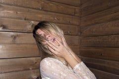 Mädchenhaltung am hölzernen Hintergrund Lizenzfreie Stockfotografie