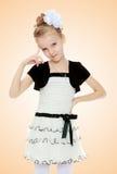 Mädchenhaltungen für die Kamera Lizenzfreie Stockfotos