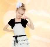 Mädchenhaltungen für die Kamera Stockbilder