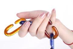 Mädchenhandholding-Glasketten Lizenzfreie Stockfotos