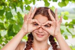Mädchenhandzeichen alles OKAY stockfoto