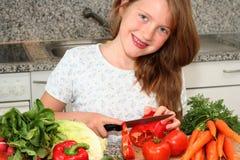 Mädchenhilfenmamma in der Küche Stockfotografie