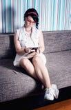 Mädchenhippie haben die Spaßweinleseart, die in Telefon vernarrt ist Stockfotografie