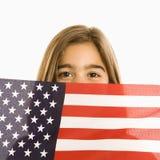 Mädchenholding amerikanische Flagge. Stockfotografie