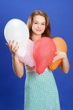 Mädchenholding-Farbenballone stockbild