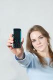 Mädchenholding-Handy Lizenzfreies Stockbild