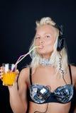 Mädchenholding ihr Cocktail Lizenzfreie Stockfotografie