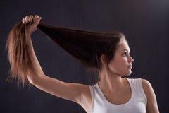Mädchenholding ihr Haar Lizenzfreie Stockfotos
